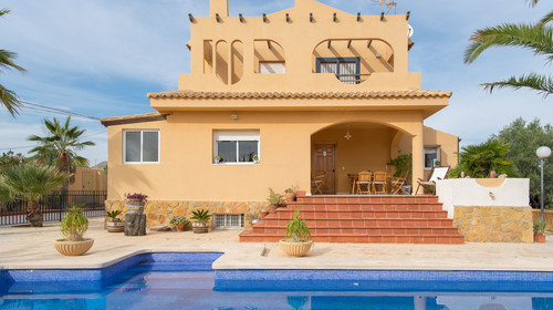 Fantastic house for sale. It consists of 170m² consists of 4 bedrooms, 3 bathrooms, living-dining room, a kitchen and other...This house located in Mutxamel (Alicante), a 12 km from beach,  Hospital San Juan, a 15 km from Alicante and a 25km from airport!-611